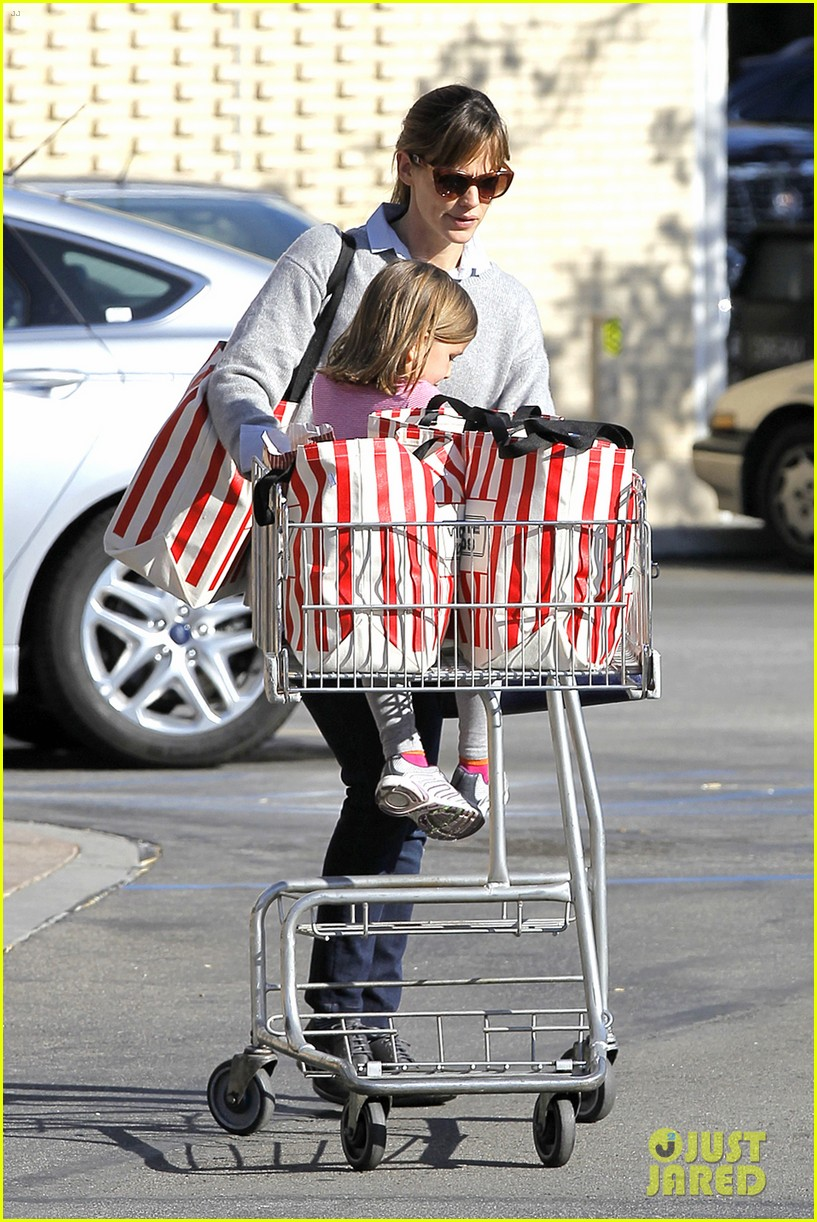 jennifer garner stocks up on groceries with seraphina 28