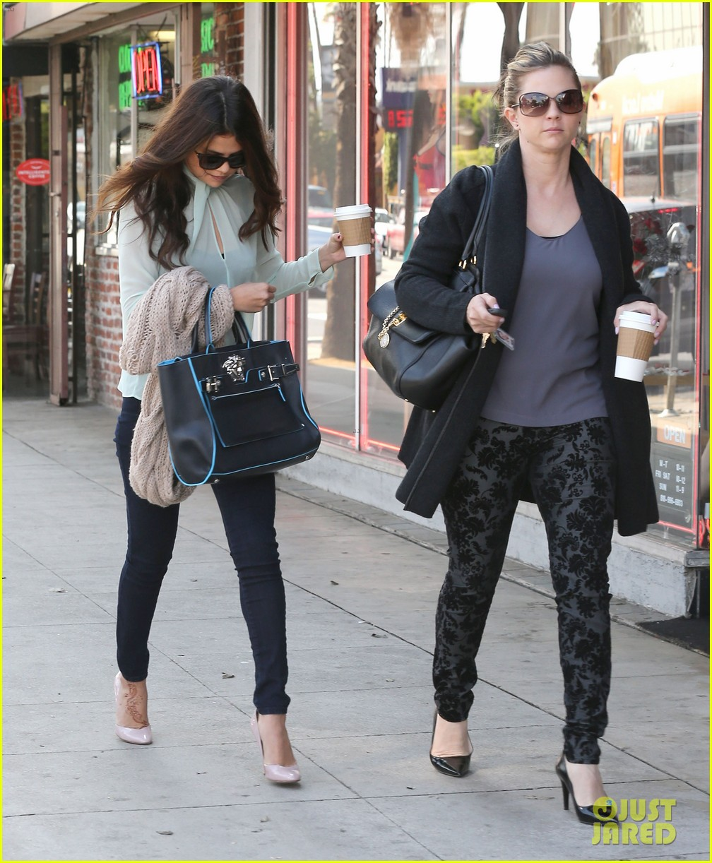 selena gomez grabs coffee with mom mandy 052965342