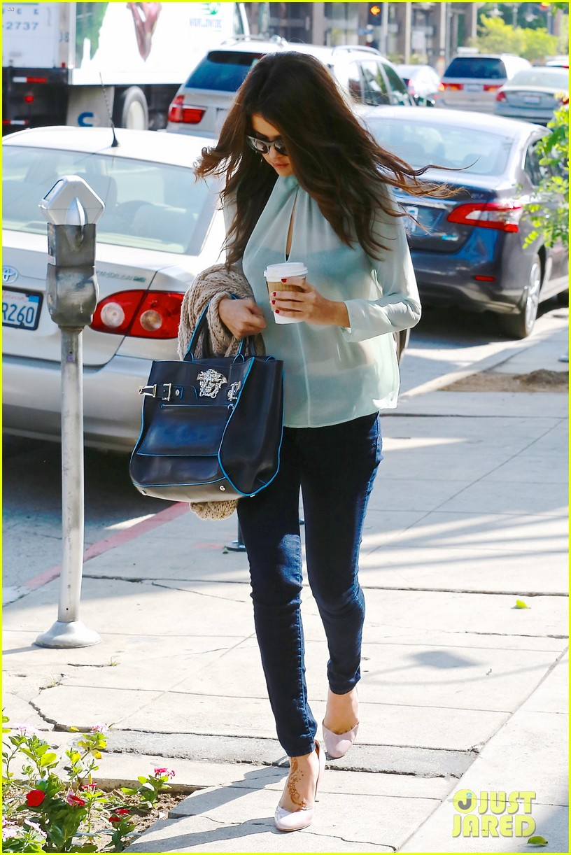 selena gomez grabs coffee with mom mandy 092965346