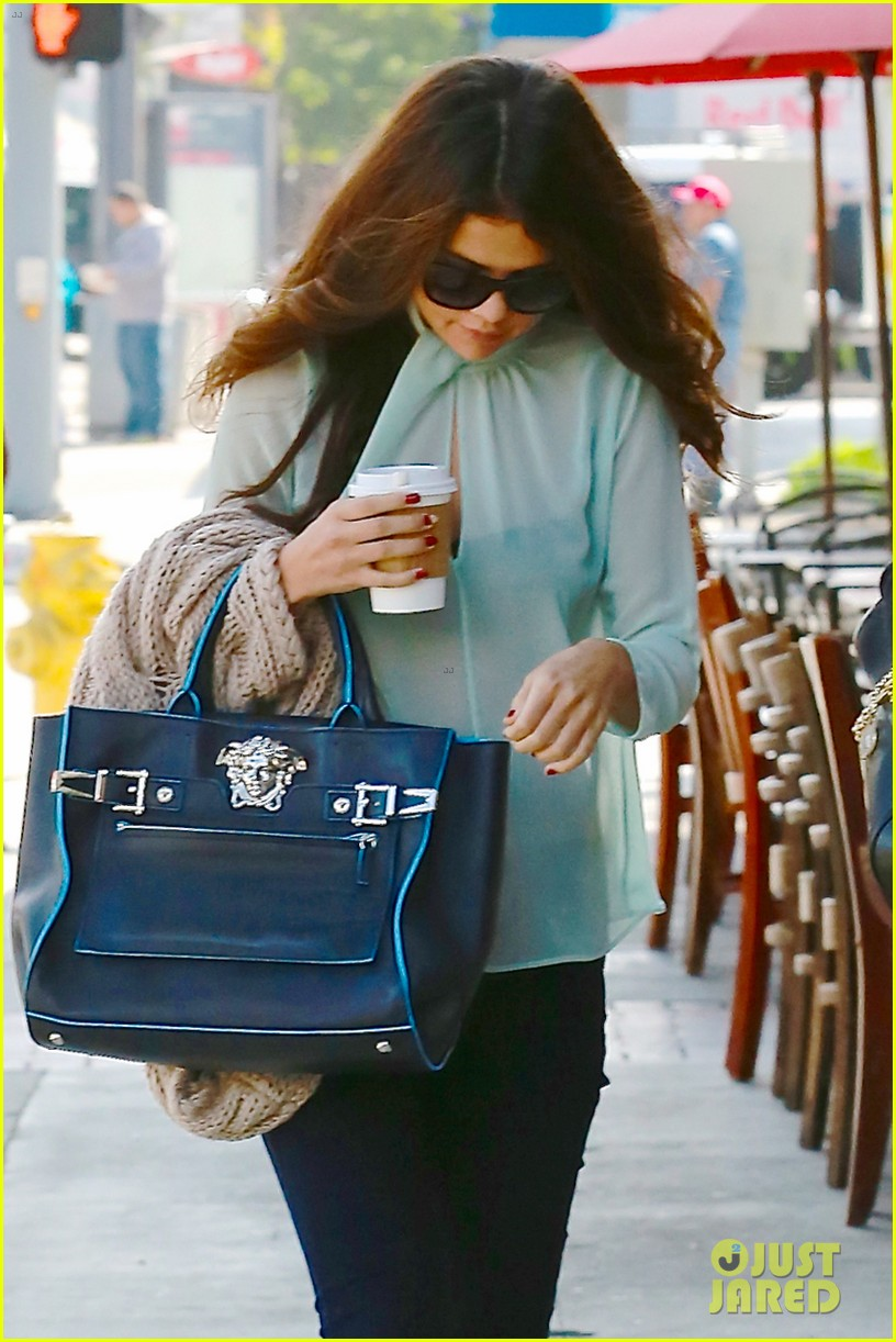 selena gomez grabs coffee with mom mandy 15
