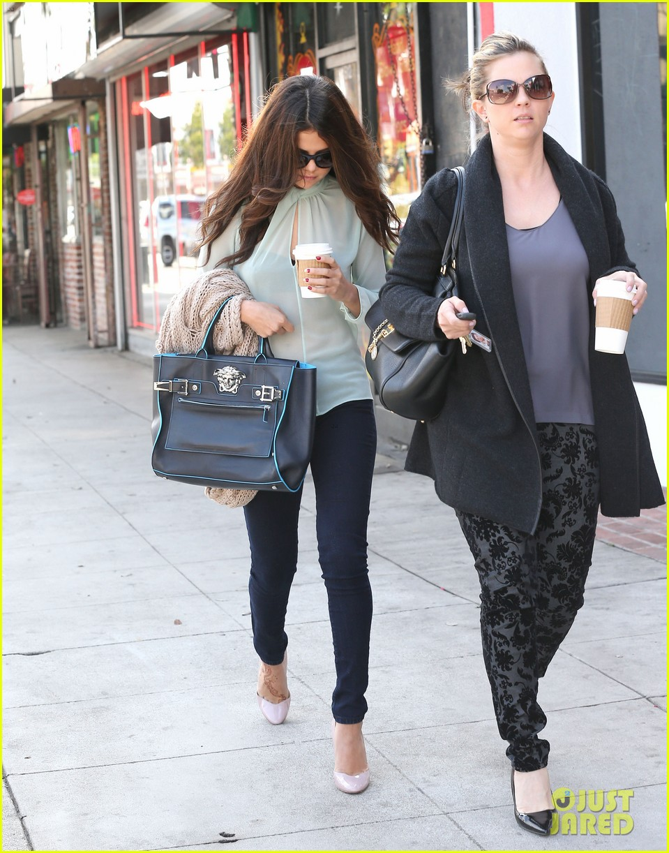 selena gomez grabs coffee with mom mandy 25