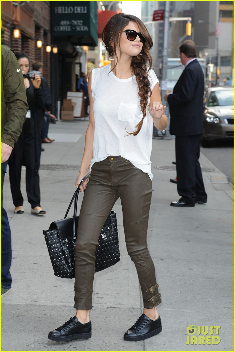 selena gomez arrives for late show appearance 07
