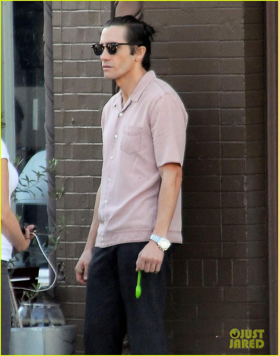 jake gyllenhaal wears hair in tiny bun on nightcrawler set 092972576