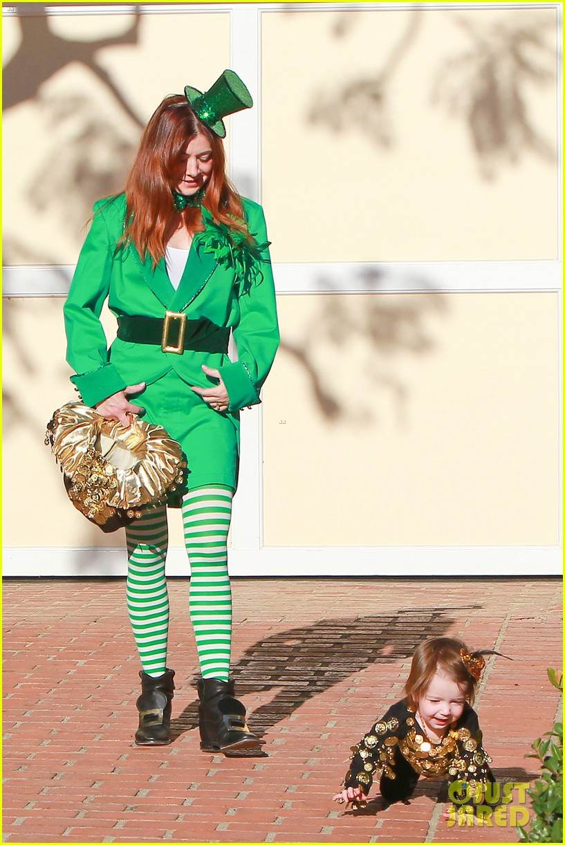 alyson hannigan family leprechaun halloween costume 2013 06
