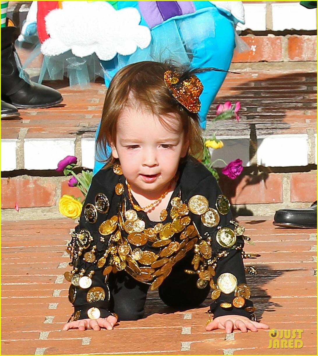 alyson hannigan family leprechaun halloween costume 2013 162983822