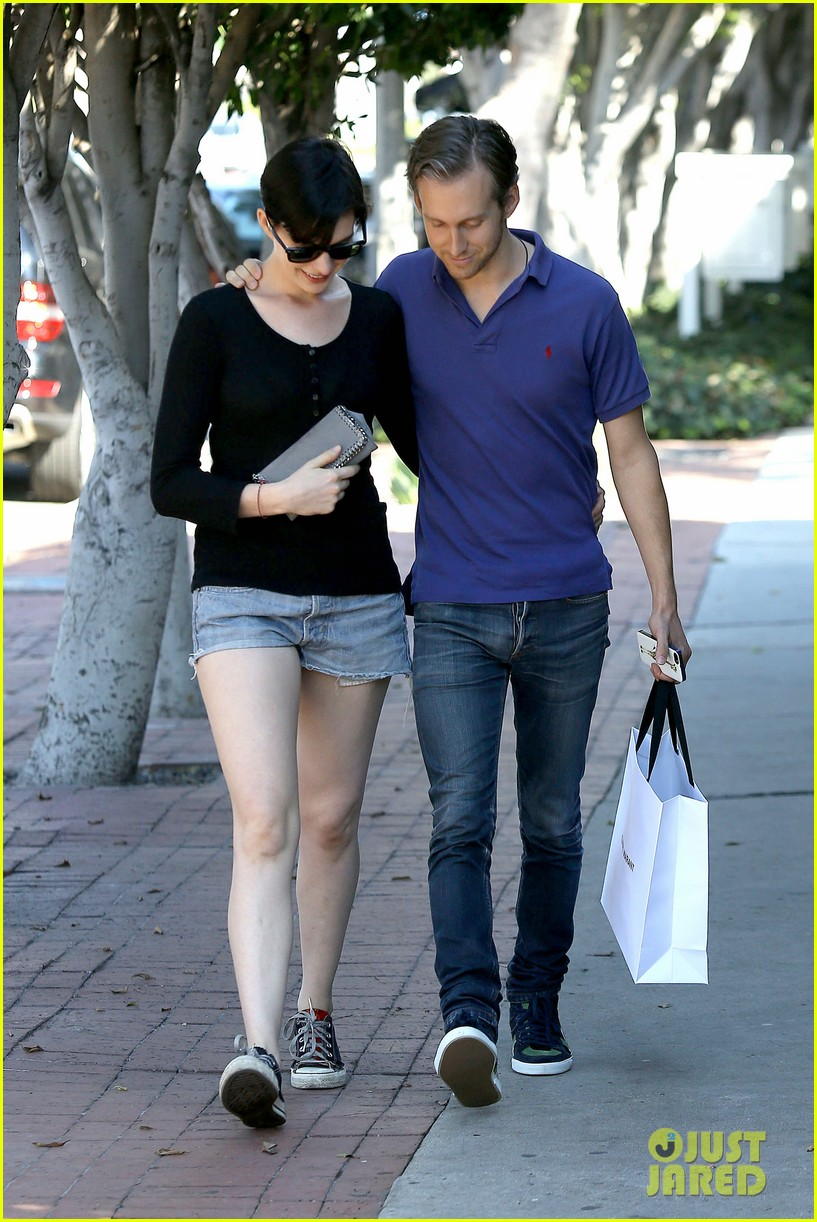 anne hathaway adam shulman victory awards couple 052976299