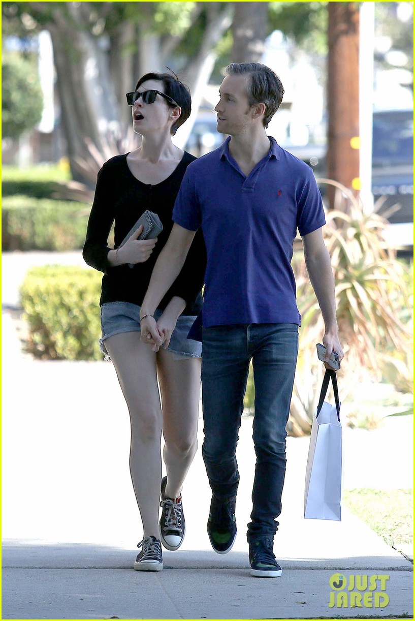 anne hathaway adam shulman victory awards couple 122976306