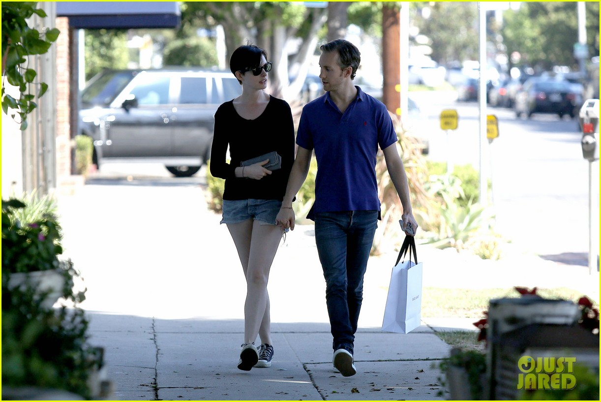 anne hathaway adam shulman victory awards couple 13
