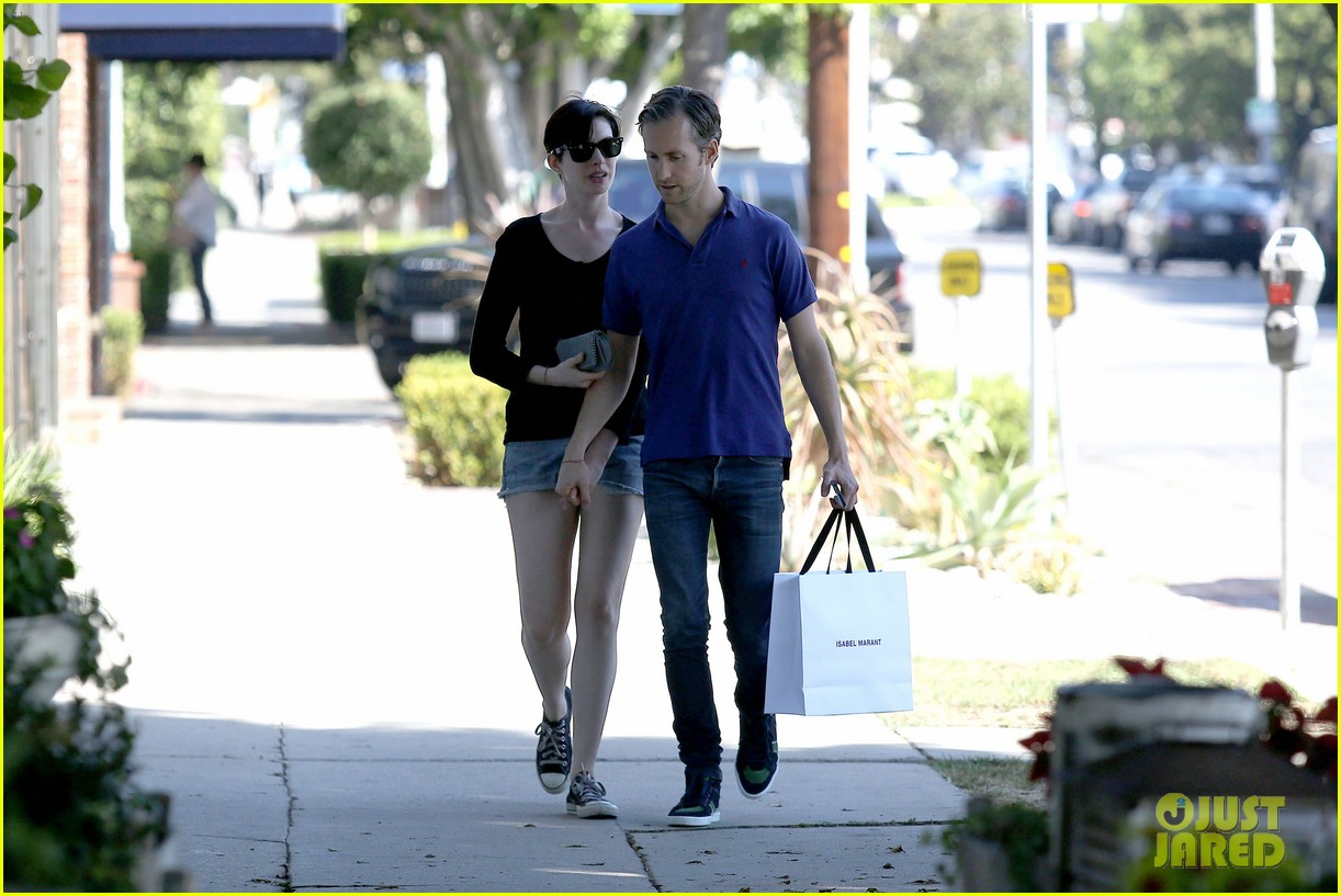 anne hathaway adam shulman victory awards couple 162976310