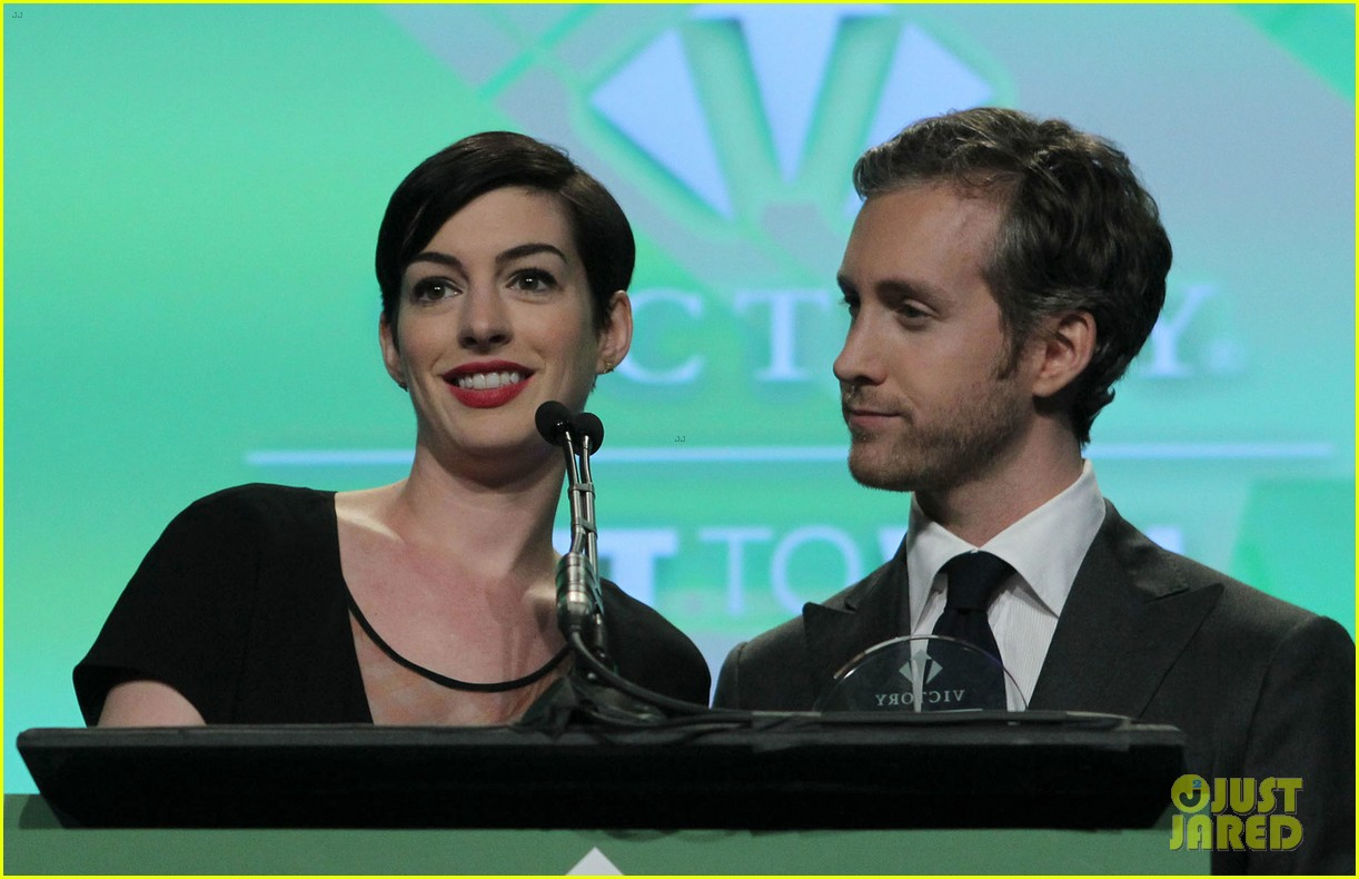anne hathaway adam shulman victory awards couple 202976314