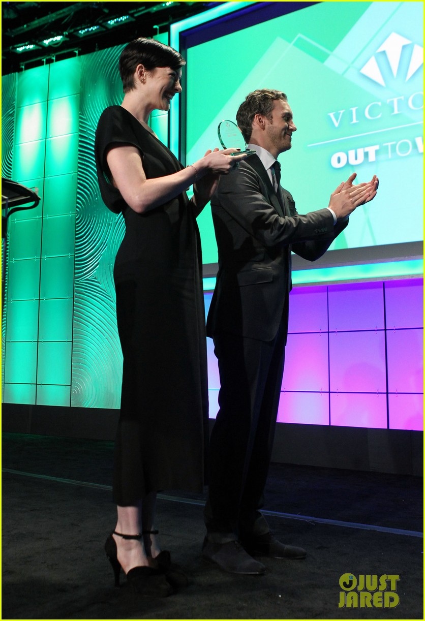 anne hathaway adam shulman victory awards couple 25