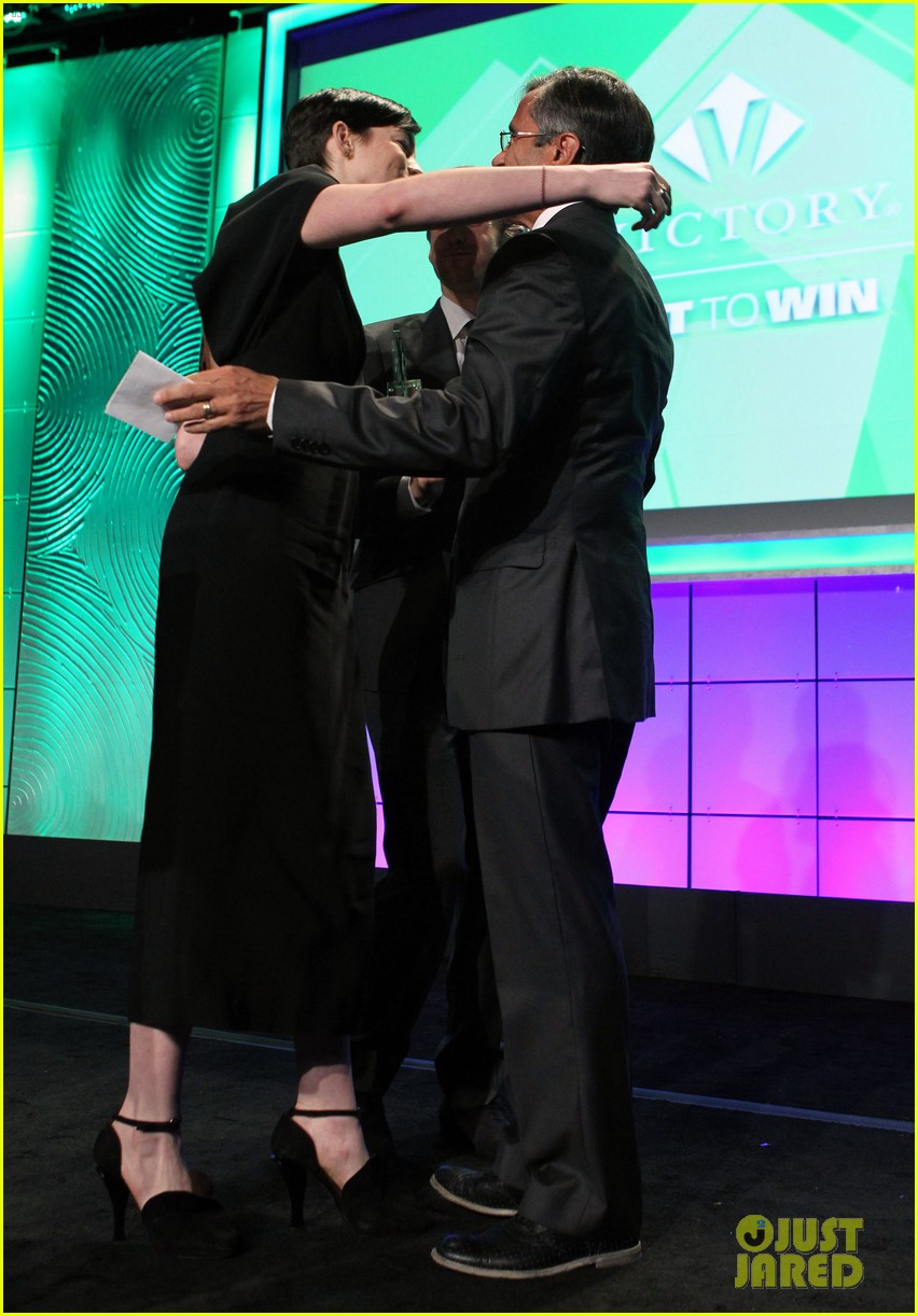 anne hathaway adam shulman victory awards couple 262976320
