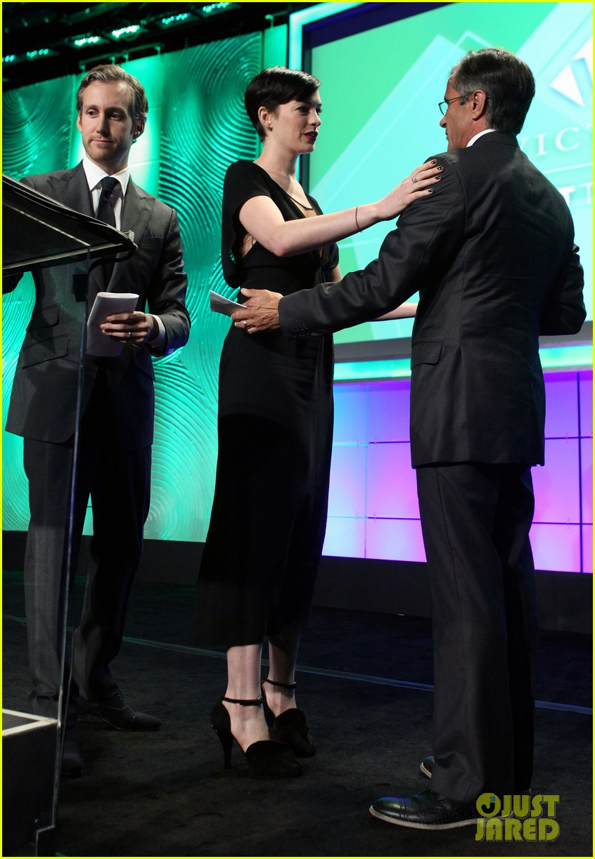anne hathaway adam shulman victory awards couple 27