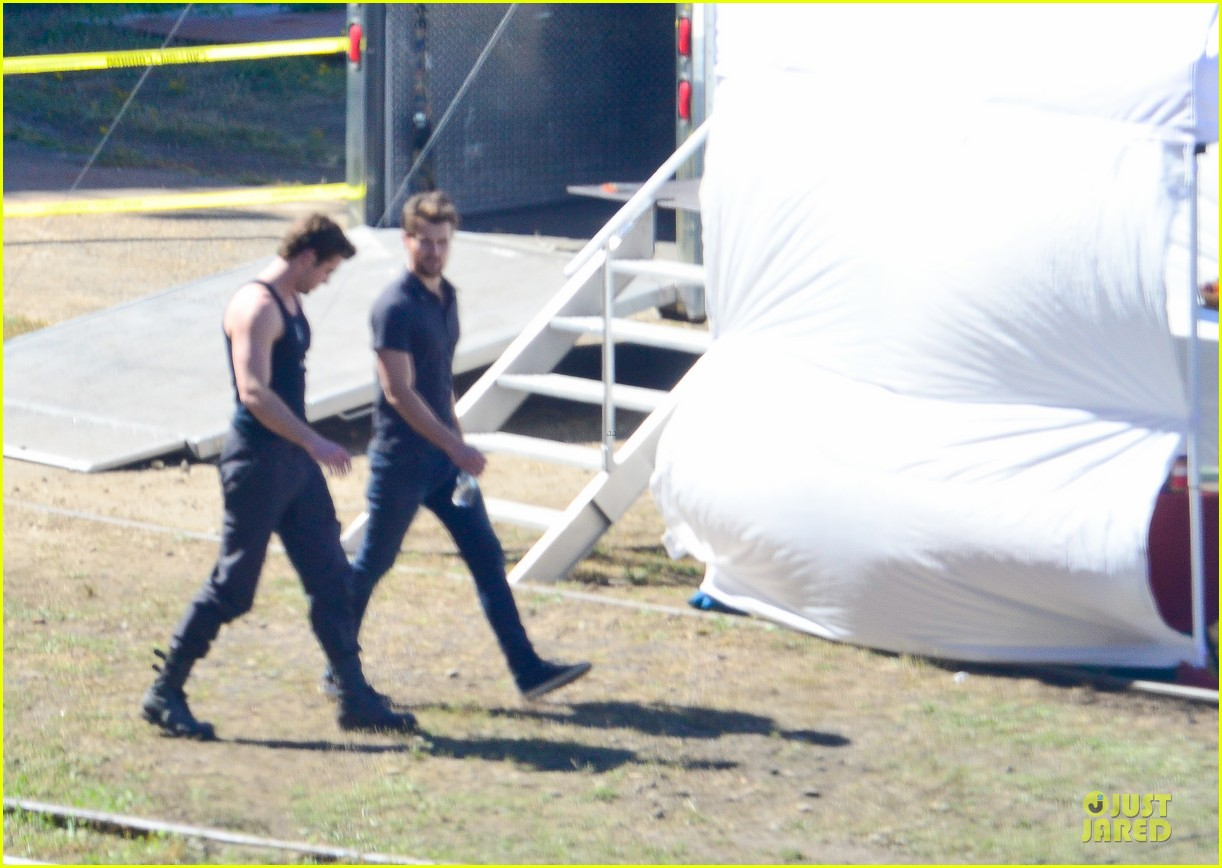 liam hemsworth gun show on mockingjay set 012969701