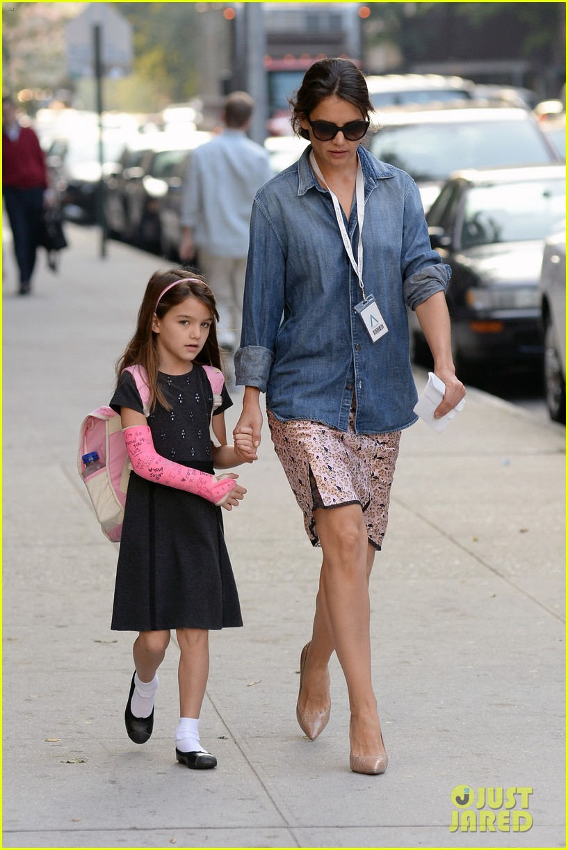 katie holmes takes friday morning stroll with suri 012965875