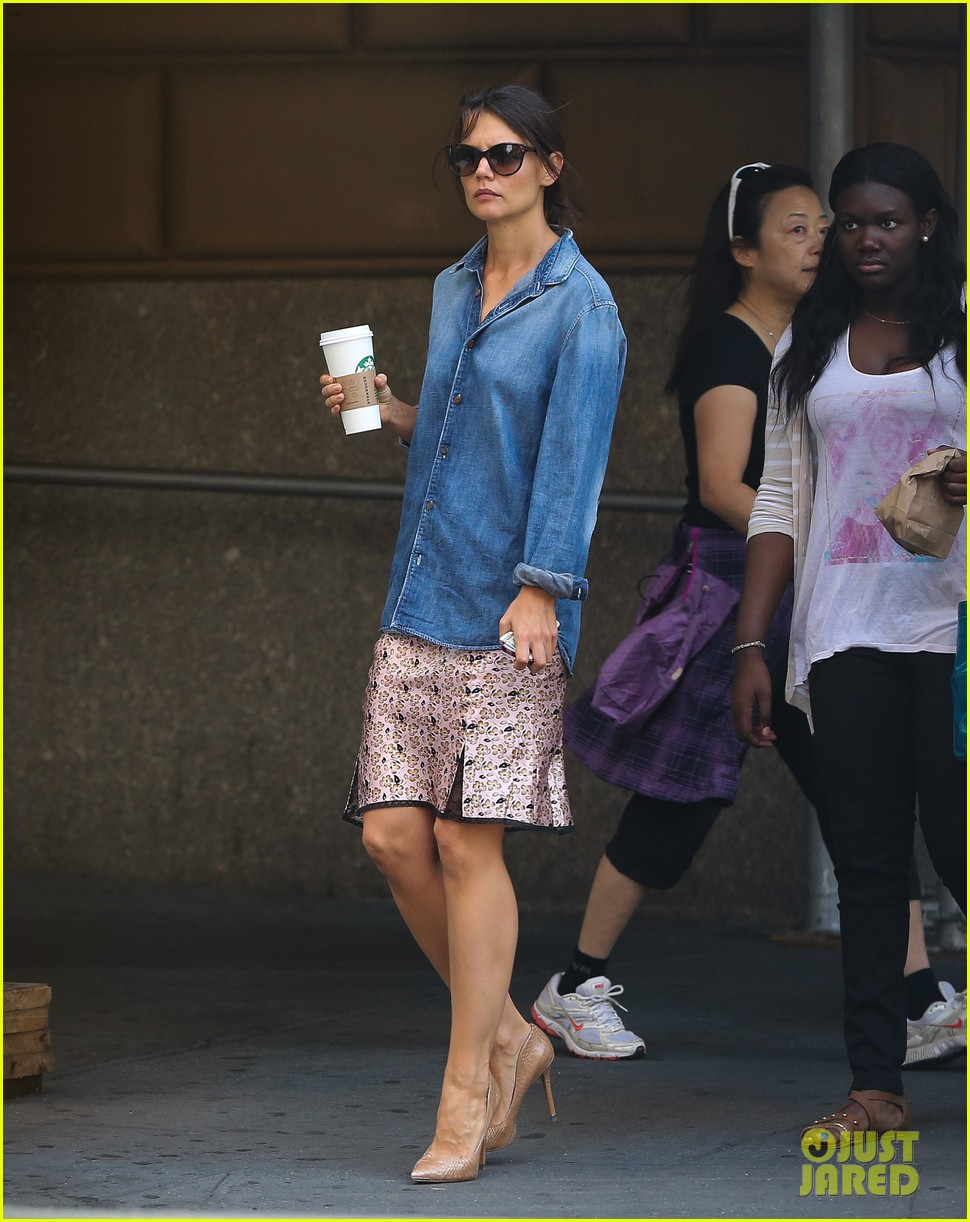 katie holmes takes friday morning stroll with suri 032965877