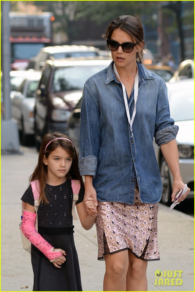 katie holmes takes friday morning stroll with suri 042965878