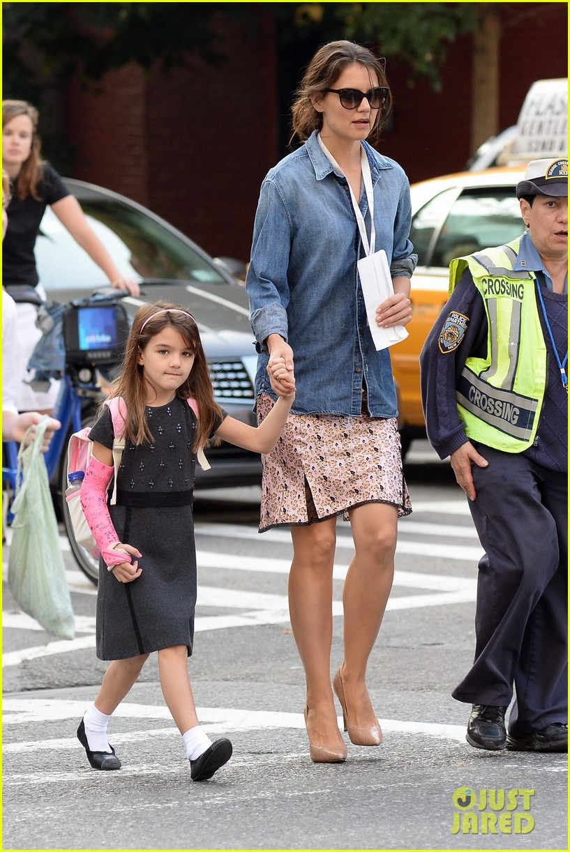 katie holmes takes friday morning stroll with suri 052965879
