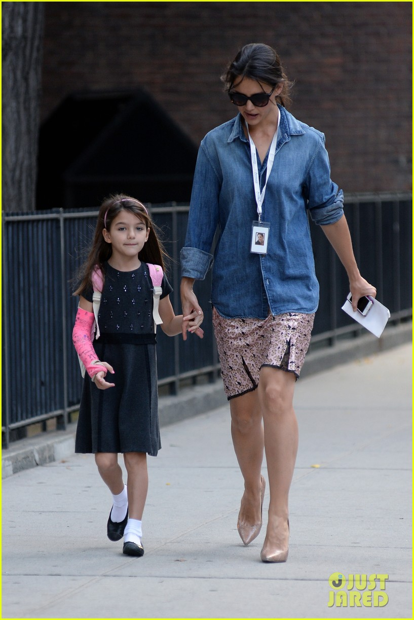 katie holmes takes friday morning stroll with suri 072965881