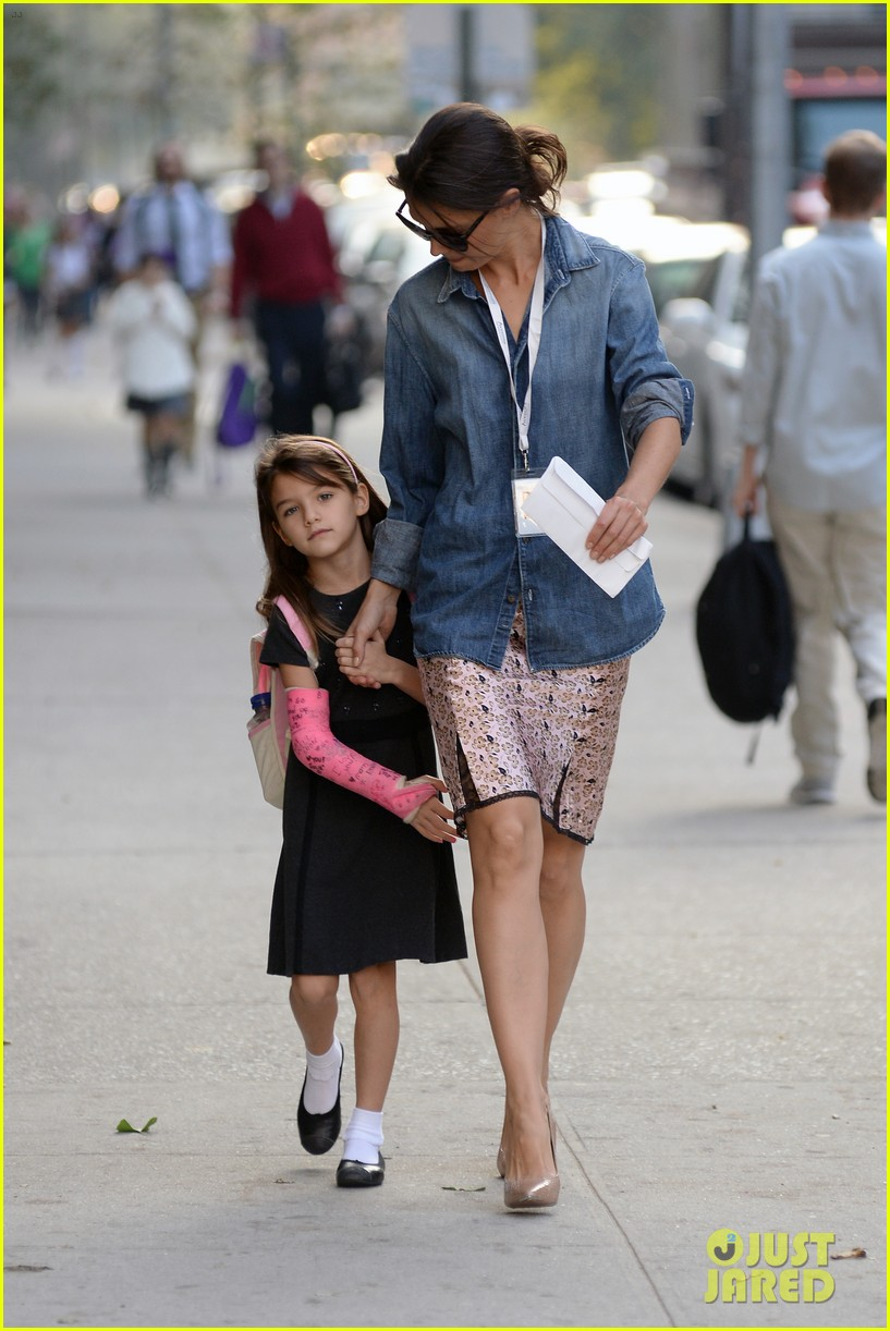 katie holmes takes friday morning stroll with suri 09