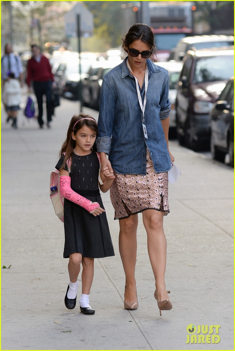 katie holmes takes friday morning stroll with suri 102965884