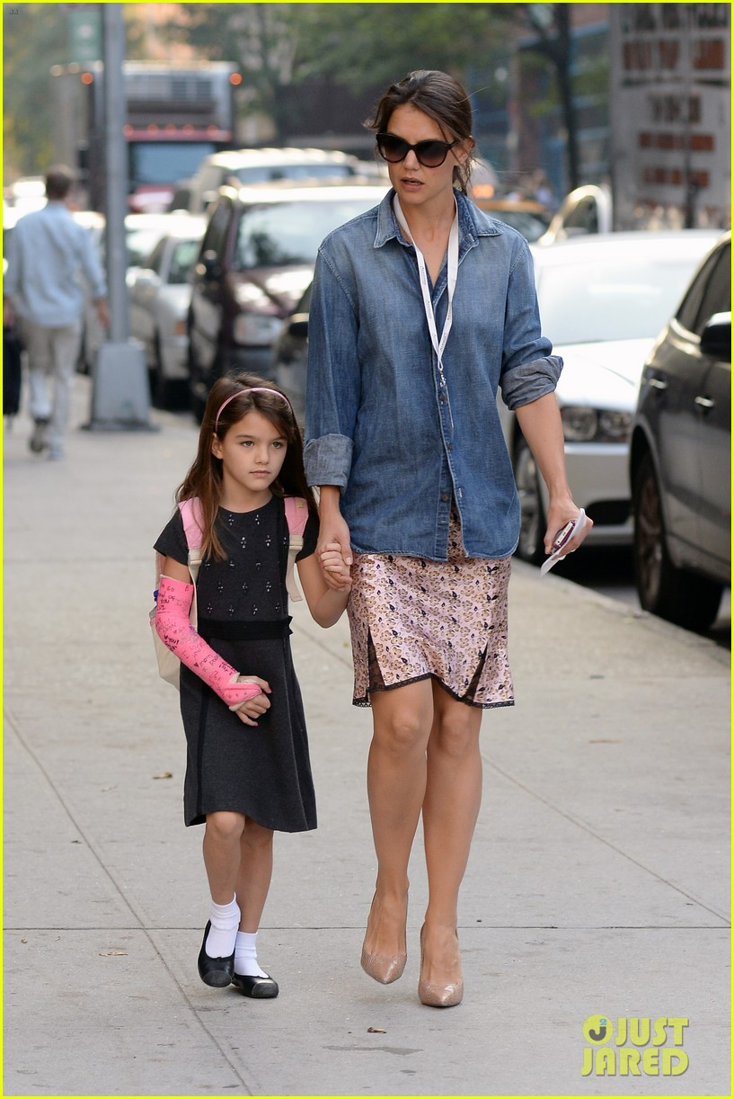 katie holmes takes friday morning stroll with suri 122965886