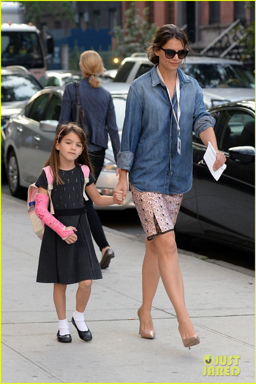 katie holmes takes friday morning stroll with suri 142965888