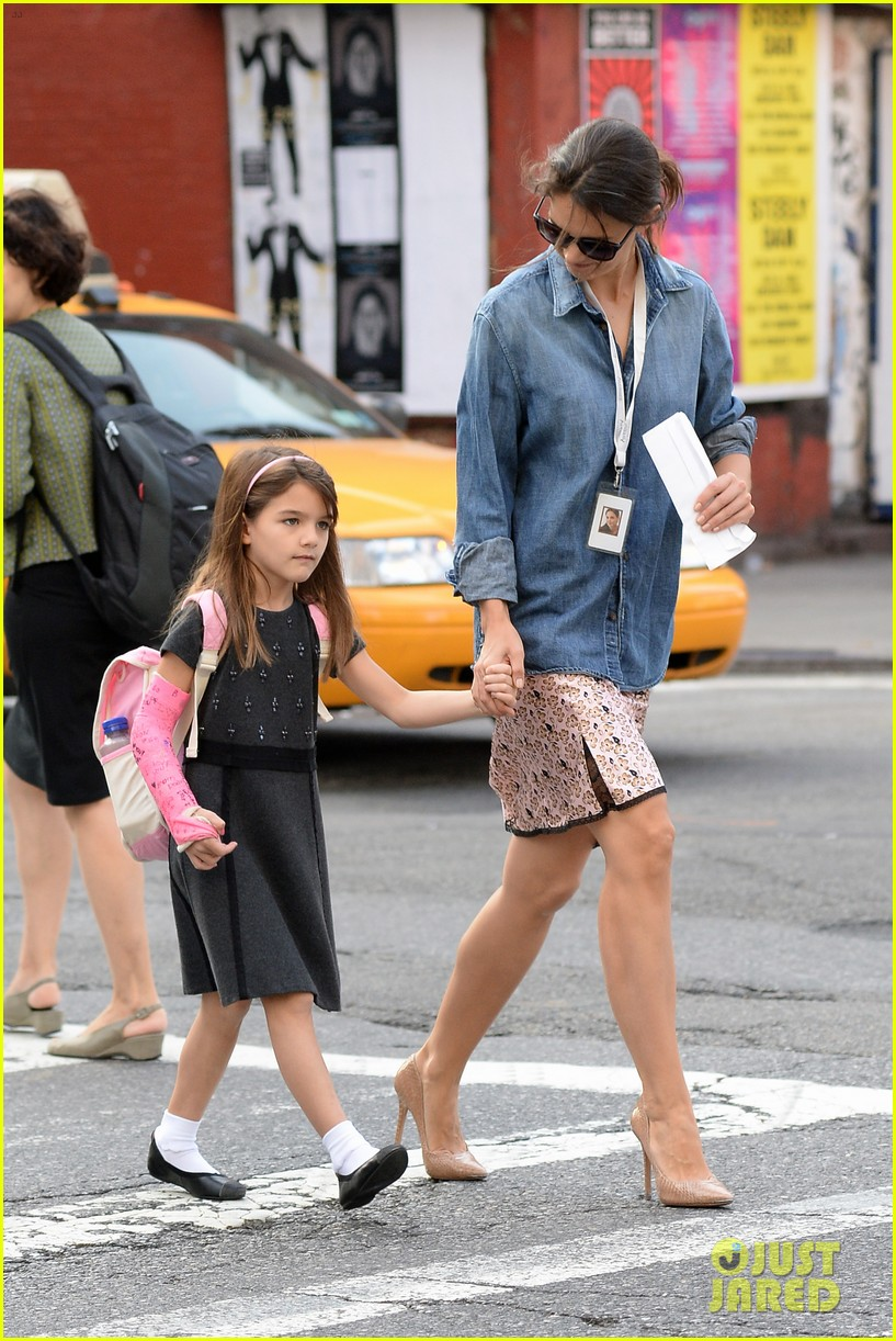katie holmes takes friday morning stroll with suri 152965889