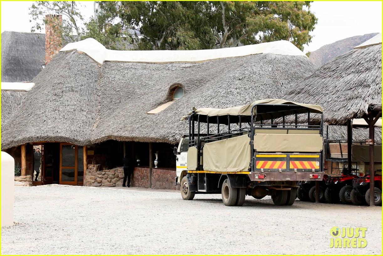 katie holmes suri enjoy safari vacation together 112977703