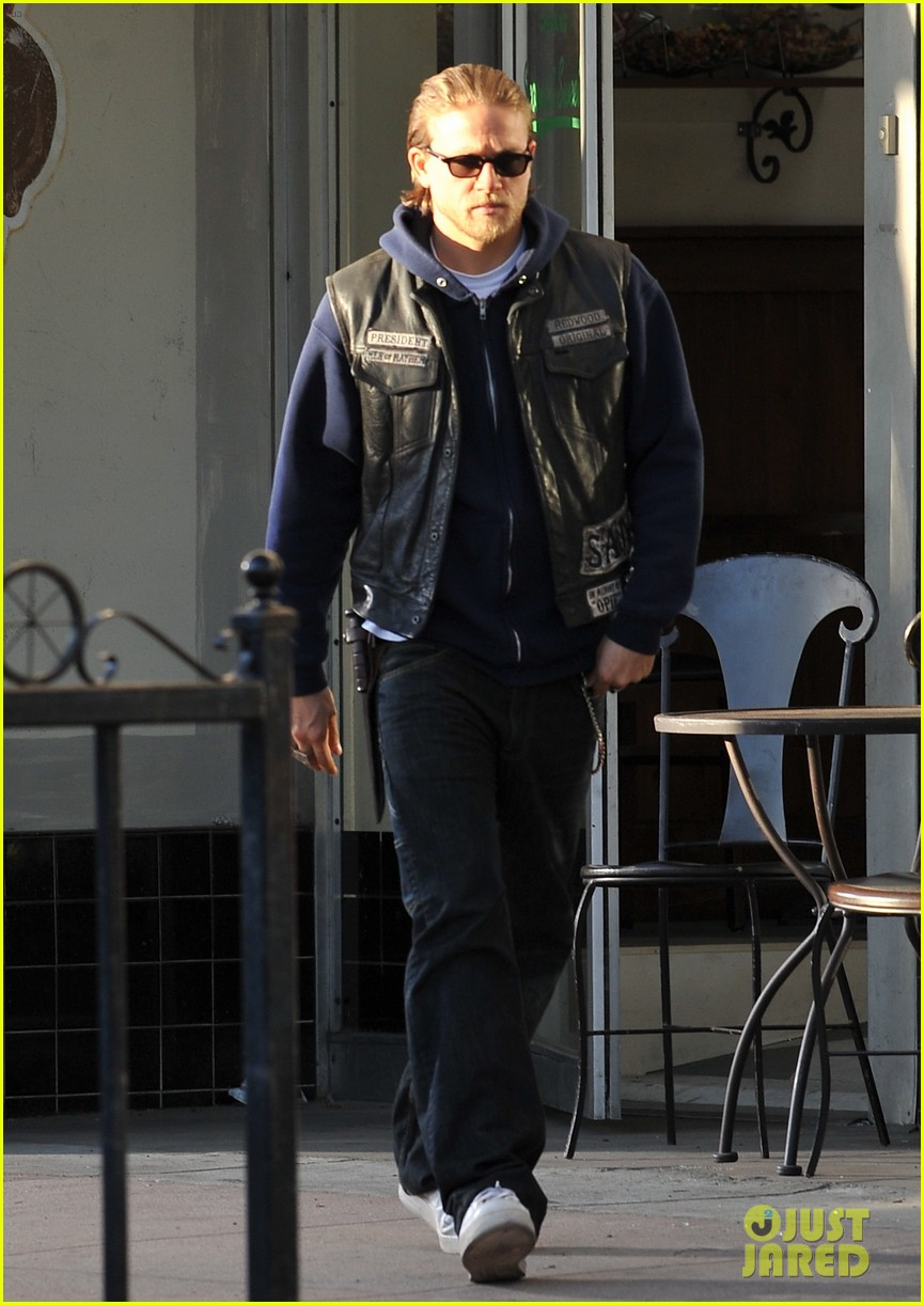 charlie hunnam did not want to become robert pattinson 082972594