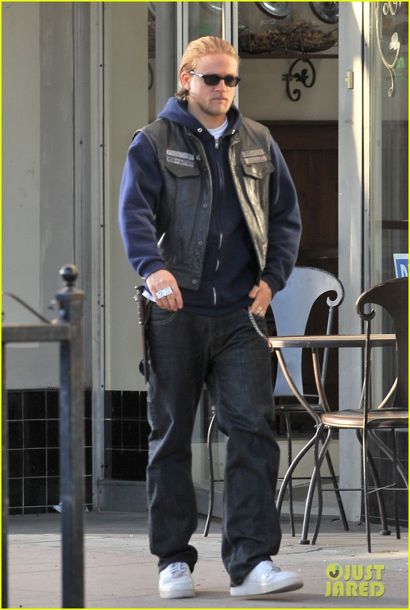 charlie hunnam did not want to become robert pattinson 122972598