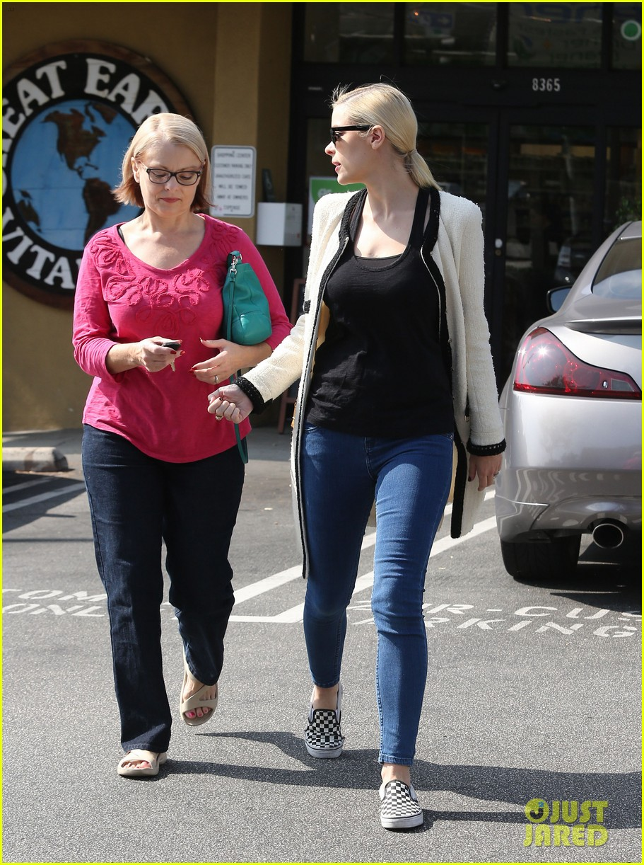 jaime king earth bar stop wtih mom nancy 122978095