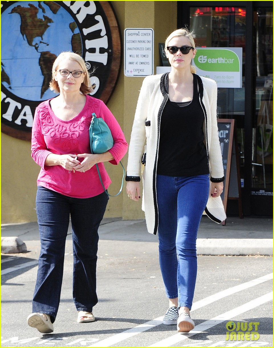 jaime king earth bar stop wtih mom nancy 202978103