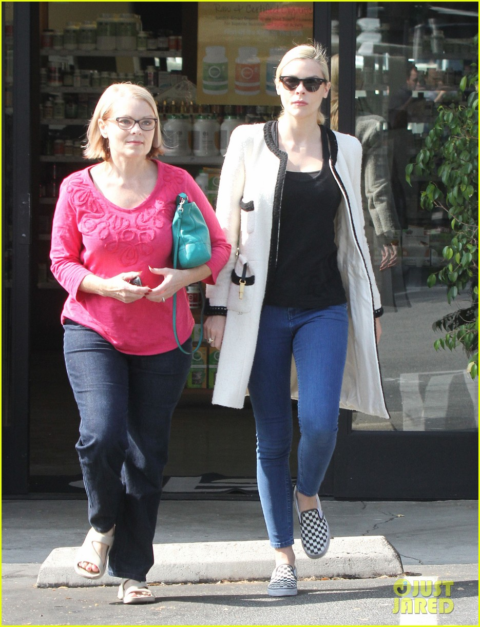 jaime king earth bar stop wtih mom nancy 212978104