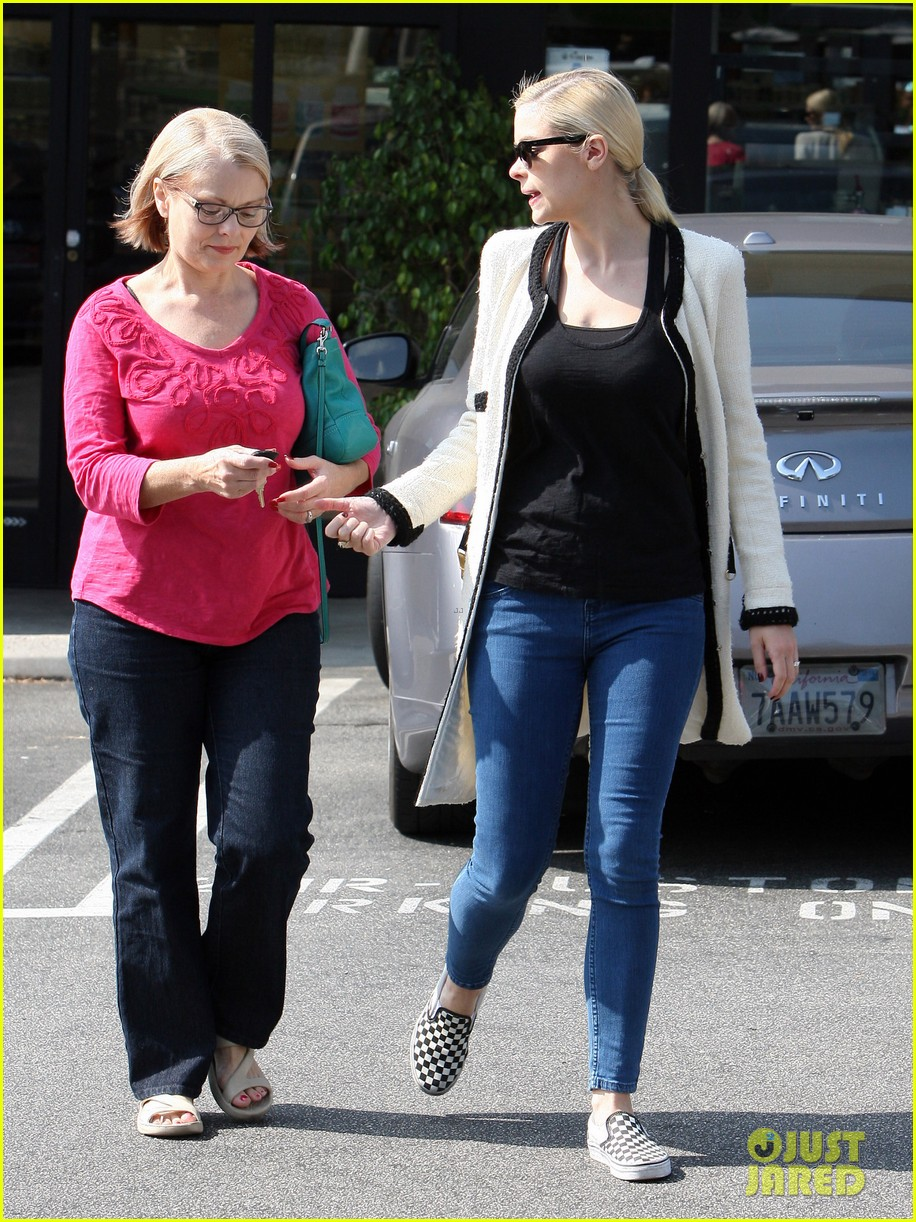 jaime king earth bar stop wtih mom nancy 352978118