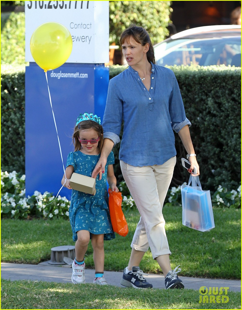 jennifer garner brentwood birthday party with seraphina 01