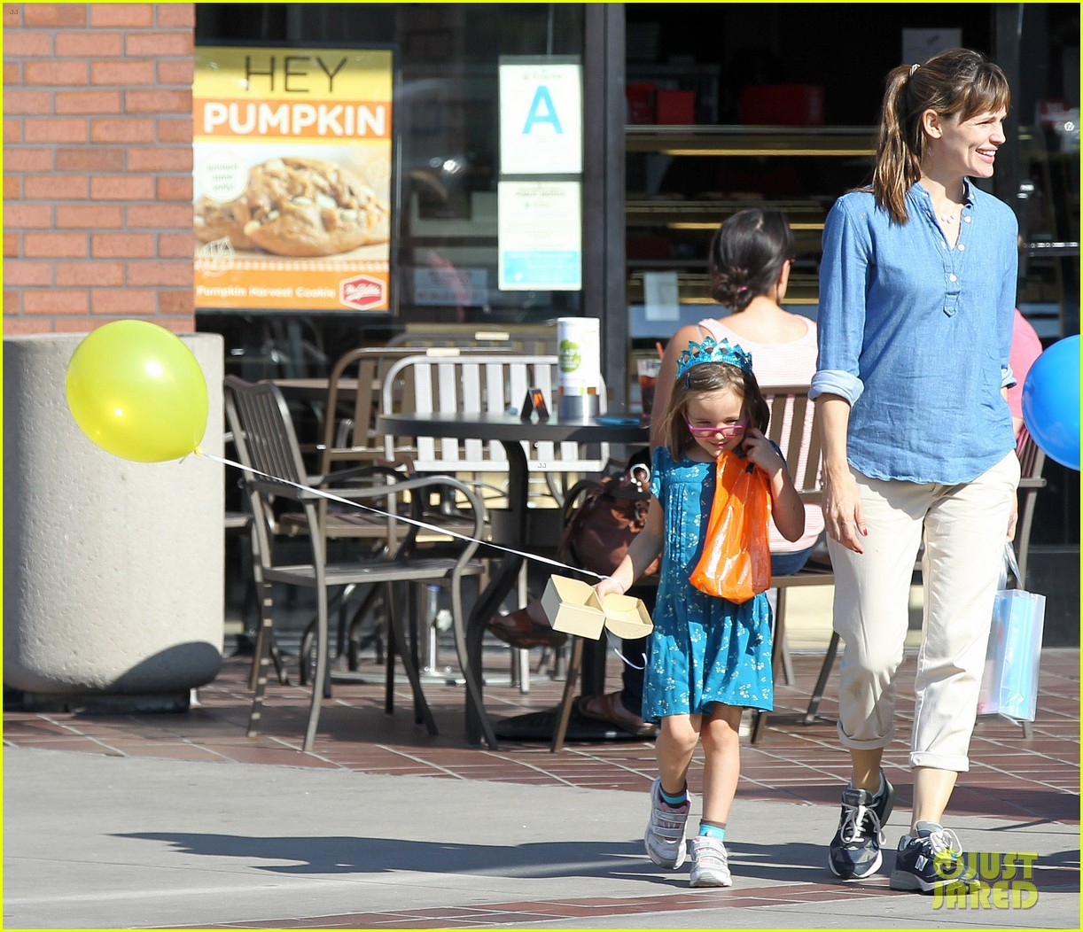 jennifer garner brentwood birthday party with seraphina 09