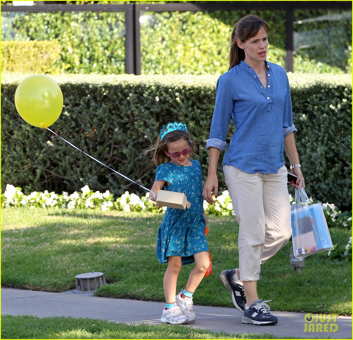 jennifer garner brentwood birthday party with seraphina 122975824
