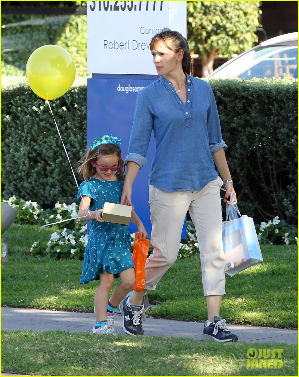 jennifer garner brentwood birthday party with seraphina 162975828