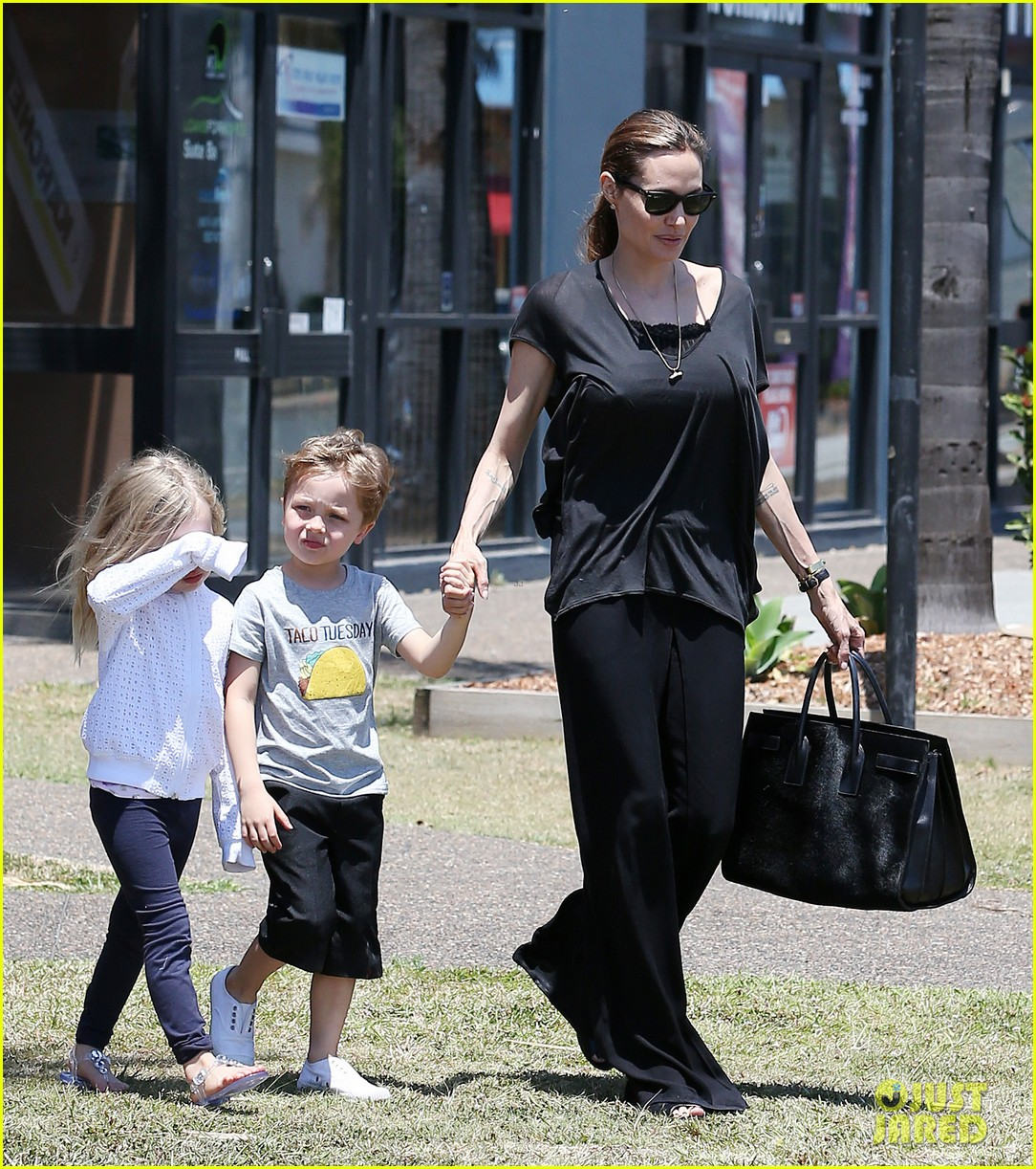 angelina jolie shops in queensland with the twins 01