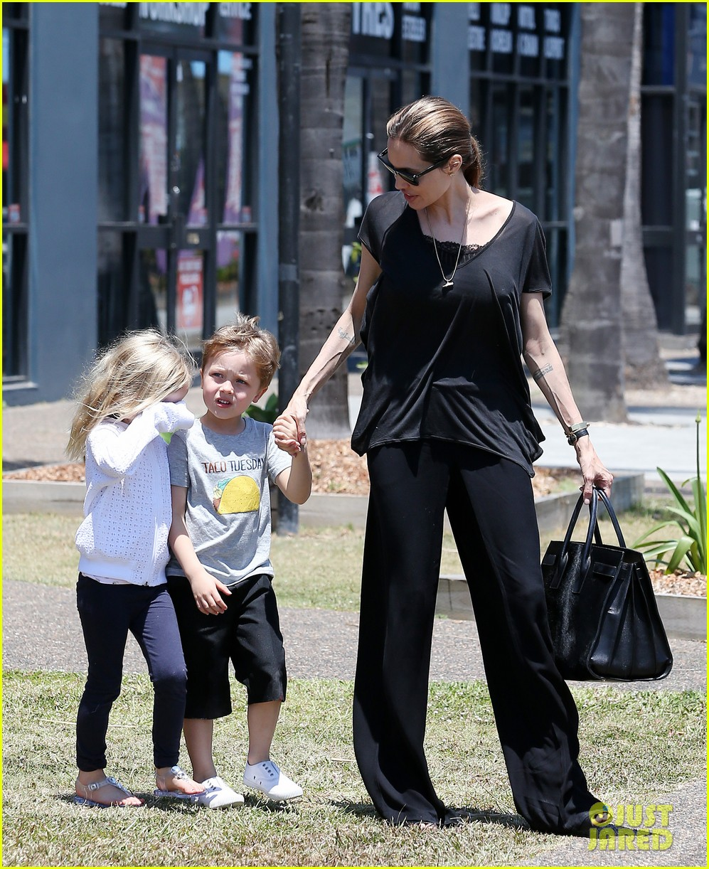 angelina jolie shops in queensland with the twins 042980814