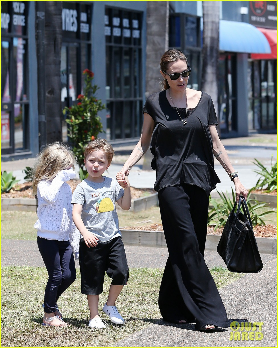 angelina jolie shops in queensland with the twins 062980816