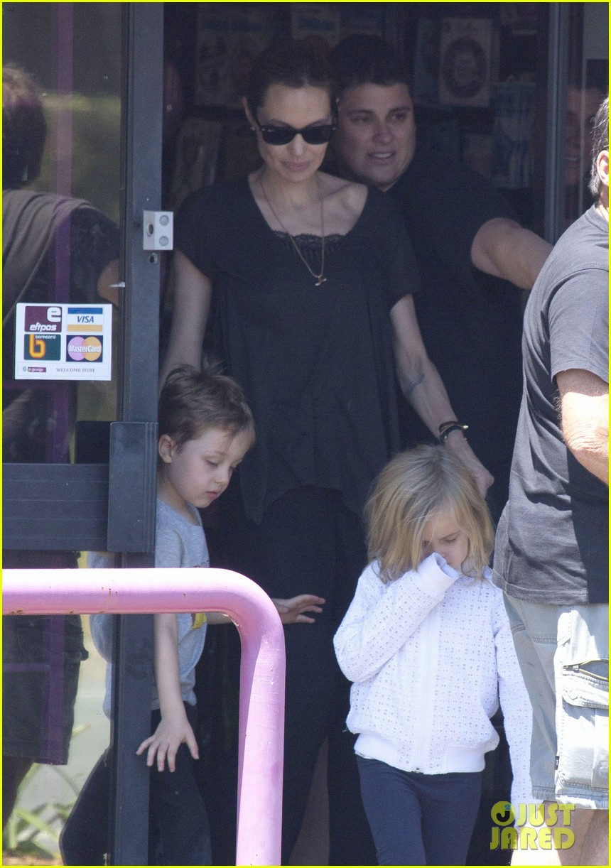 angelina jolie shops in queensland with the twins 102980820