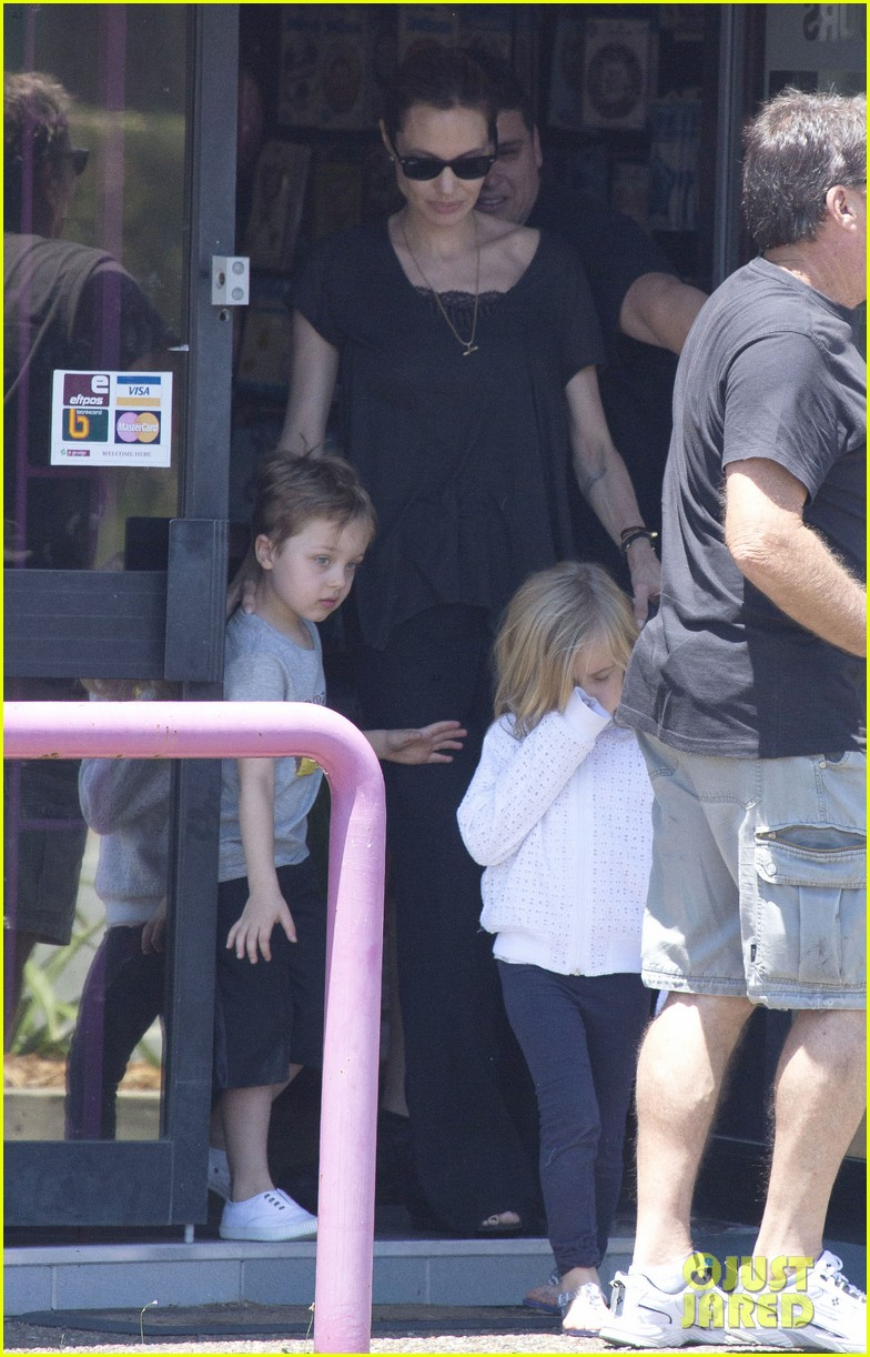 angelina jolie shops in queensland with the twins 112980821