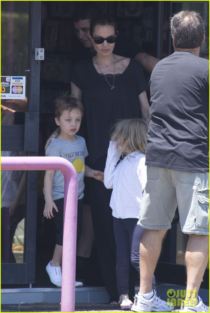 angelina jolie shops in queensland with the twins 122980822
