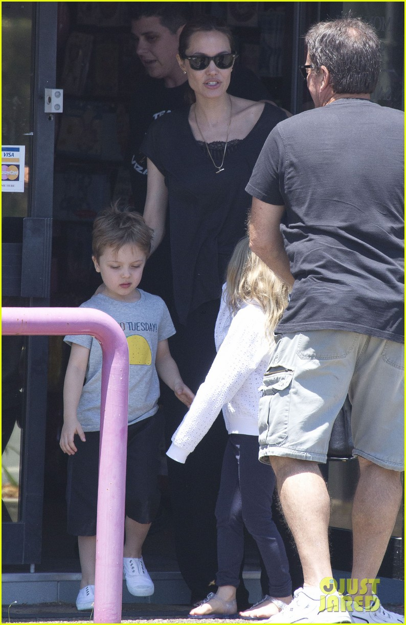 angelina jolie shops in queensland with the twins 142980824