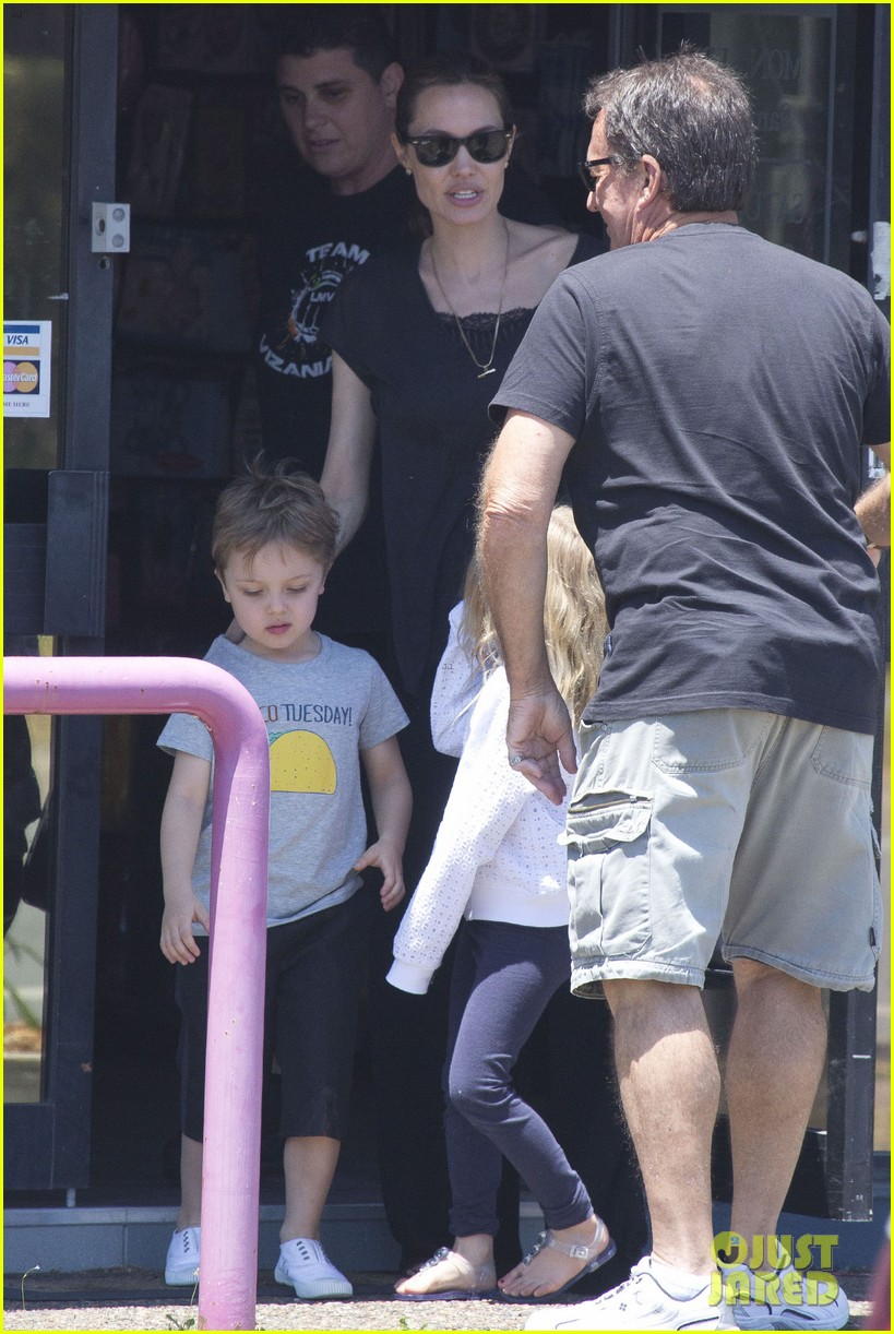 angelina jolie shops in queensland with the twins 152980825