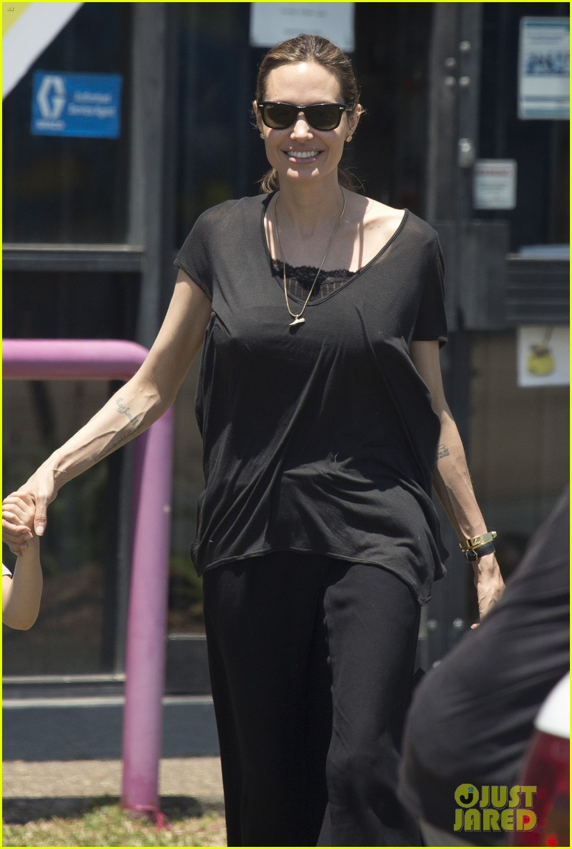 angelina jolie shops in queensland with the twins 192980829
