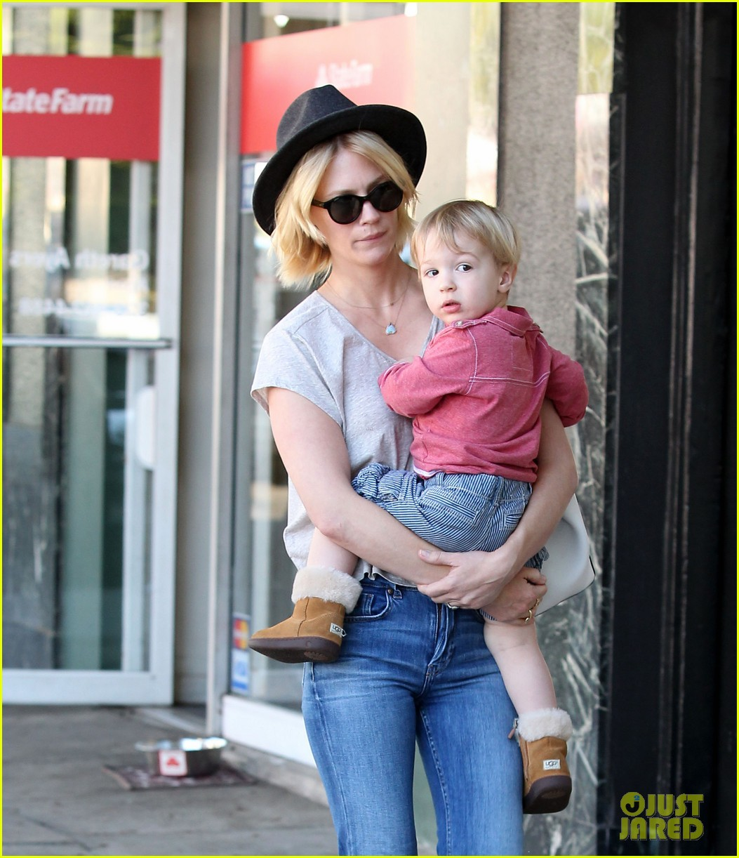 january jones hangs with smiley xander after babys class 04