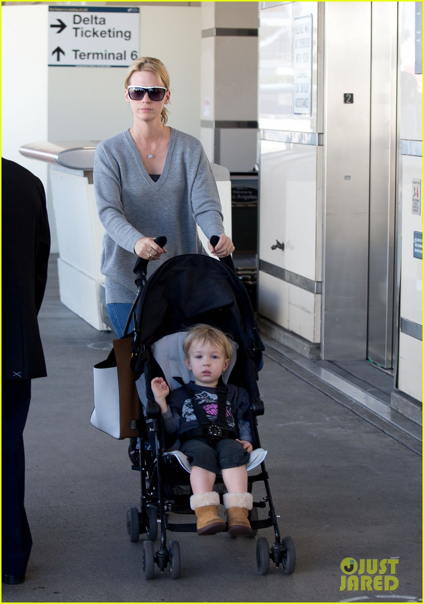 january jones hangs with smiley xander after babys class 062972982